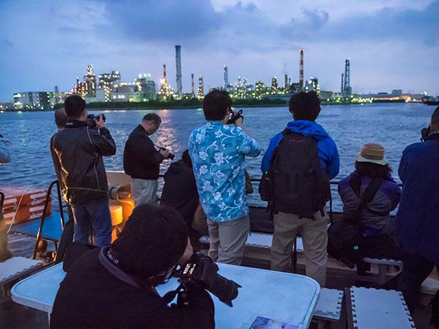 参加者の工場夜景撮影風景