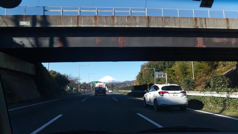 車で富士市へ向かう