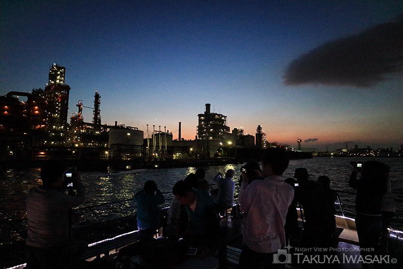 塩浜運河で工場夜景を撮影中
