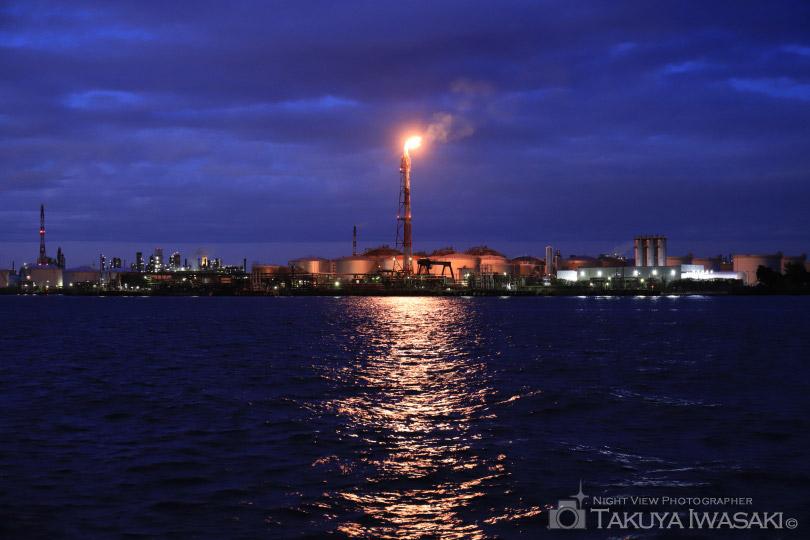 東扇島東公園から東燃ゼネラル石油を望む