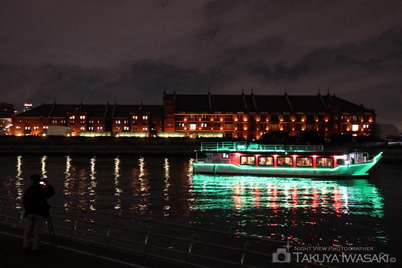 屋形船と赤レンガ倉庫