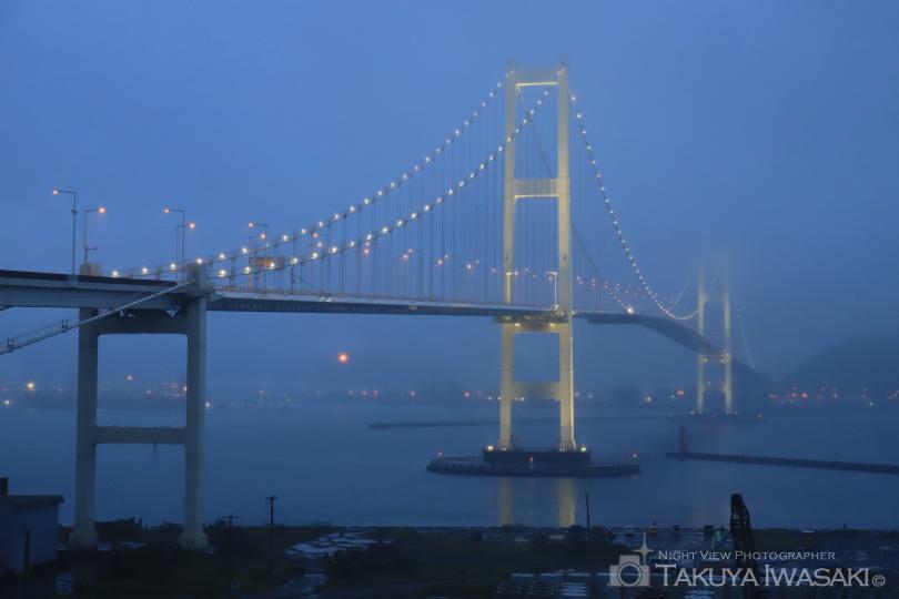 ライトアップが始まったばかりの白鳥大橋