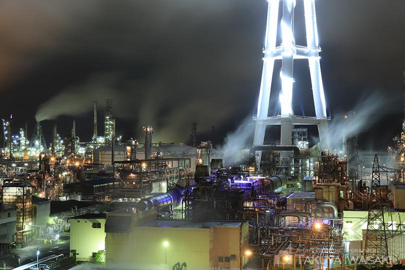 ライトアップされた煙突とプラント群
