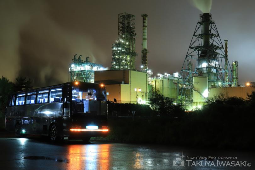 ツアーバスと工場