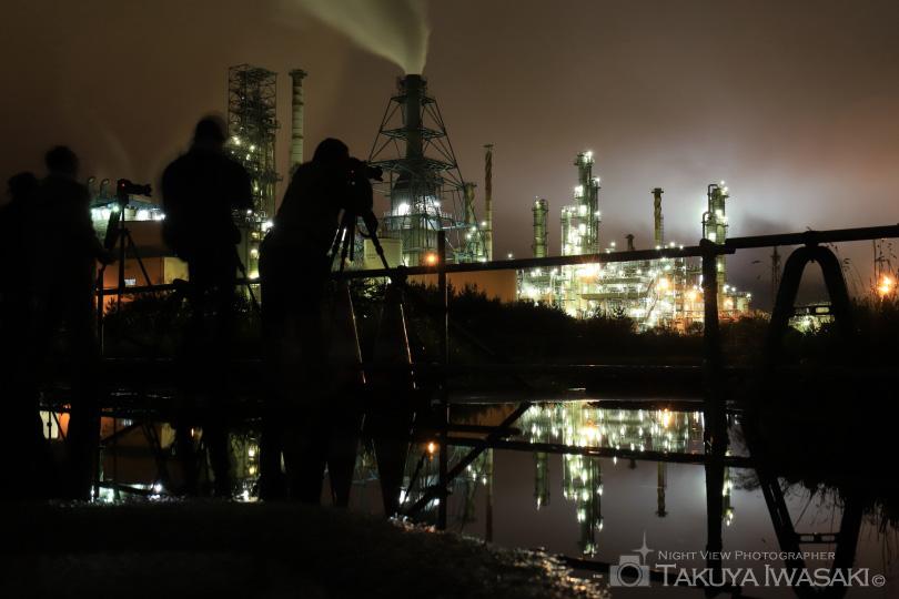 水たまりに反射した工場の明かり